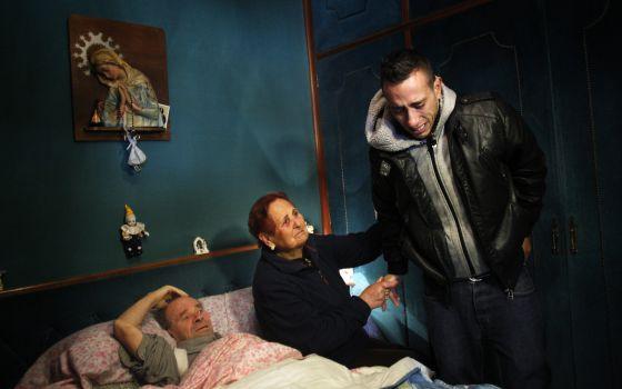 Una familia espera su desahucio, que finalmente se paralizó, en 2012.