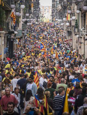 La cadena humana formada en la Diada de 2013, a su paso por la calle Ferran de Barcelona.