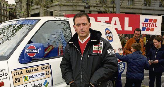 Jordi Pujol Ferrusola, primogénito del expresidente de la Generalitat, junto a su coche en el 'rally' París-Dakar en Barcelona, en 1997.