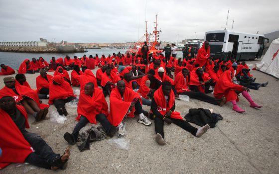 Inmigrantes rescatado en el puerto de Tarifa.