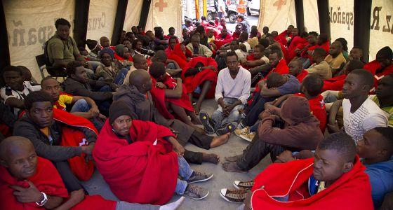 Un grupo de inmigrantes son atendidos por la Cruz Roja en Tarifa (Cádiz), tras ser rescatados.