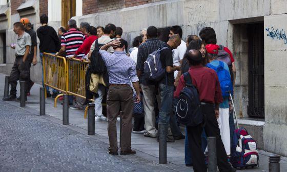 Colas para acceder a un comedor social en Madrid, el pasado enero