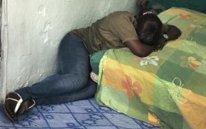 Corpa Diop llora sobre la cama de su alojamiento en Tánger.