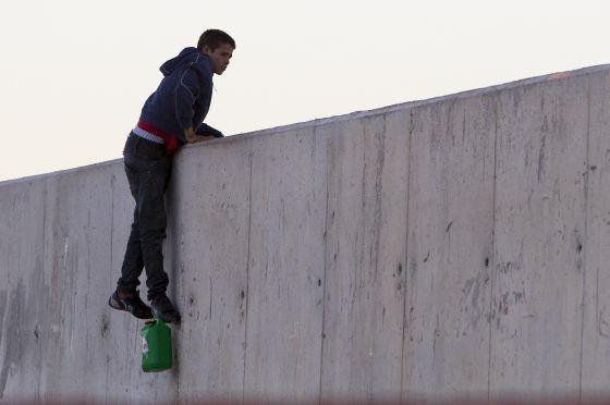 Un inmigrante menor intenta entrar en Ceuta a través de una escollera.