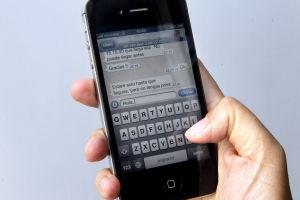 Una usuaria envía un mensaje por whatsapp.