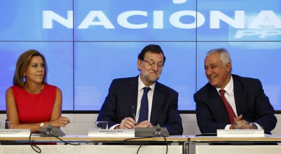 Mariano Rajoy en la reunión del PP, junto a Cospedal y Arenas.
