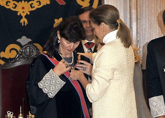 María Dolores de  Cospedal entrega la Gran Cruz de San Raimundo de Peñafort a Concepción Espejel