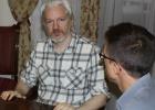 Podemos se reúne con Assange y le brinda su apoyo en Bruselas