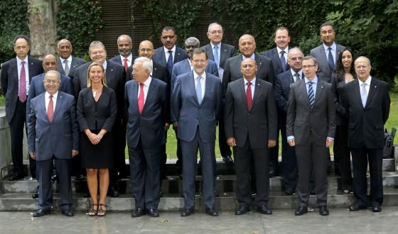 El presidente Mariano Rajoy (centro), entre el ministro García-Margallo y la Alta Representante de la UE para la Política Exterior, Federica Mogherini (a su derecha) y el ministro libio Mohamed Abdelaziz y el enviado especial de la ONU para Libia, Bernardino León, el miércoles en Madrid