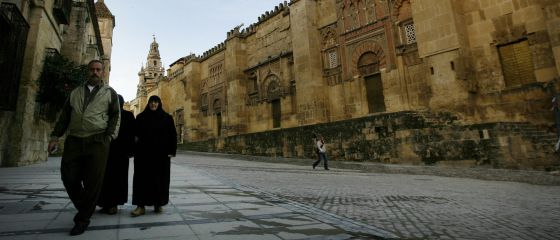 Un grupo de musulmanes camina junto a la mezquita de Córdoba.
