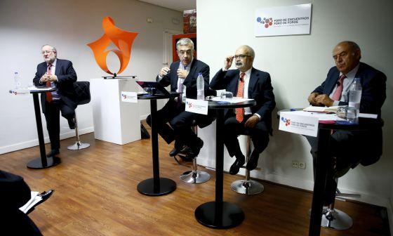 Fernando González Urbaneja, José Antonio Marina, Luis Garicano y César Molinas, durante el debate de 'Prioridades para España 2018'.