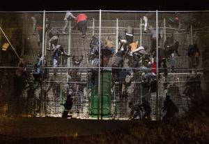 Un grupo de inmigrantes intenta superar la valla de Melilla el 28 de mayo, en el salto más numeroso de 2014.