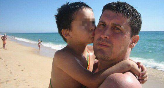 Emiliano Antonio Medina Marín, de 45 años, sostiene en brazos a su hijo Hugo Medina Ferrer.
