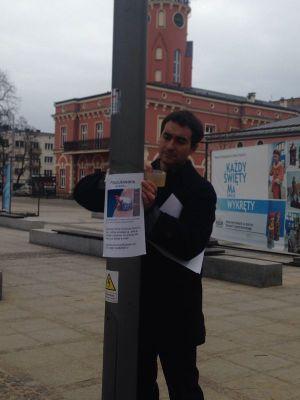 Alberto Encinas cuelga un cartel con el texto se busca a nombre de su hija Olivia Encinas Hlond.