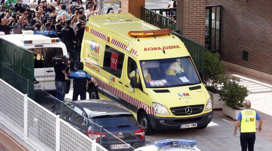 Una ambulancia llega a la vivienda de la enfermera afectada por ébola, este miércoles, en Alcorcón.