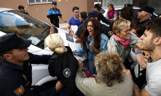 Activistas intentan impedir el paso de la furgoneta con los restos de Excalibur.