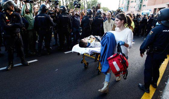 Uno de los heridos es evacuado tras intentar para la furgoneta que transportaba el cadáver del animal.