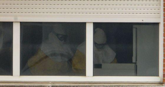 Imagen de sanitarios en el interior de una habitación destinada a los aislados en el hospital Carlos III.