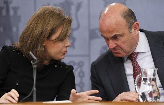 La vicepresidenta del Gobierno con el ministro de Economía durante la presentación del anteproyecto sobre 'crowdfunding', en febrero