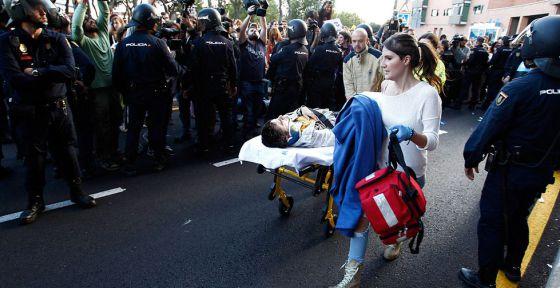 Un herido evacuado tras intentar para la furgoneta que transportaba el cadáver del animal.