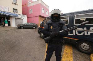 Un policía hace guardia en la Cañada de Hidum en Melilla tras una redada de islamistas en septiembre