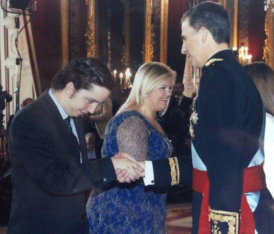Francisco Nicolás Gómez Iglesias saluda a Felipe VI el día de su coronación.