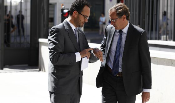 Antonio Hernando (a la izquierda) y Alfonso Alonso conversan en el patio del Congreso. el 9 de septiembre