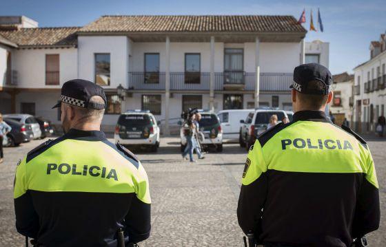 Agentes de la Policia, junto al Ayuntamiento de Valdemoro.