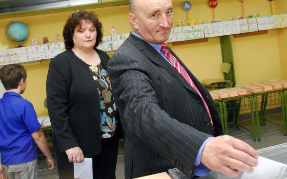 Una familia de origen rumano vota en las municipales de 2007.
