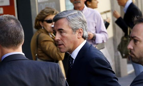 Ángel Acebes entrando en la Audiencia Nacional