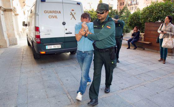 F. S. M, uno de los implicados en el fraude de las farmacias a su llegada el lunes al juzgado número 3 de Teruel para declarar.