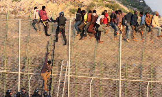 Un grupo de inmigrantes intentan saltar la valla de Melilla el pasado 22 de octubre.