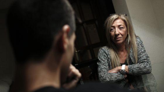 María y su hijo Nacho en su piso de Carabanchel (Madrid).