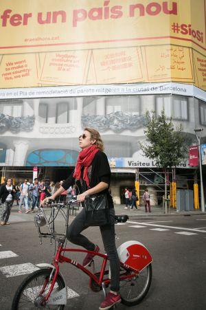 Una lona con el lema 'Volem un país nou' cubre La Pedrera de Barcelona.