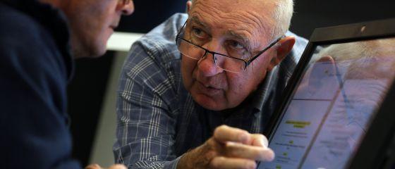 Centro de mayores de La Caixa, donde jubilados enseñan informática a jovenes ex reclusos en Madrid.
