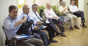 Un grupo de jubilados que asesora voluntariamente a jóvenes emprendedores, en la sede de Secot.