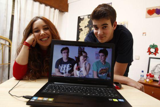 Abigail Frías (Abi Power) y Kevin Prieto (LokOfLucky) en su casa, donde graban sus creaciones. En la pantalla, uno de sus vídeos.