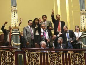 El embajador de Palestina en España, Musa Amer Odeh (c), asiste desde la tribuna del público al pleno del Congreso de los Diputados.