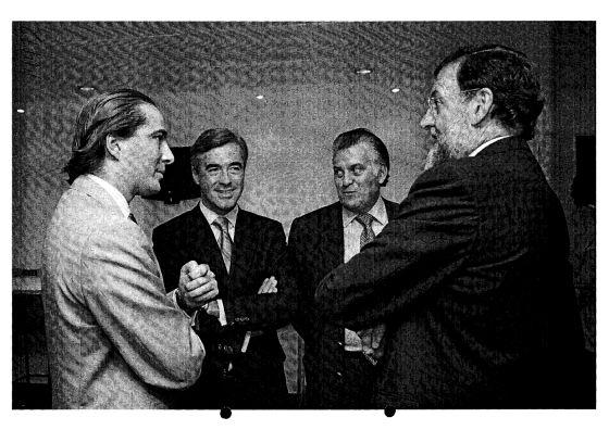 Gonzalo Urquijo (a la izquierda) conversa con Rajoy en presencia de Acebes y Bárcenas.