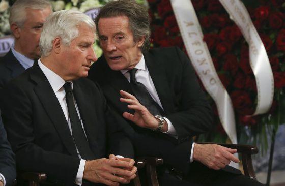 El viudo, Alfonso Diez, conversa con el primogénito de la duquesa de Alba, Carlos Martínez de Irujo Fitz-James Stuart.