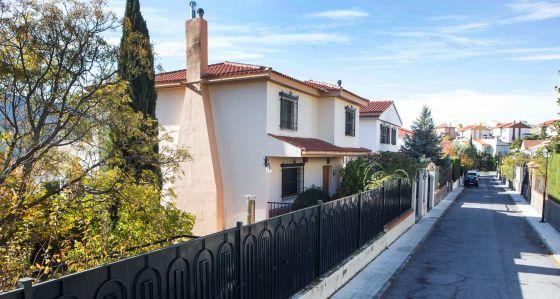 Casa en Pinos Genil (Granada) propiedad de algunos de los acusados de pederastia y donde supuestamente cometían abusos a menores.