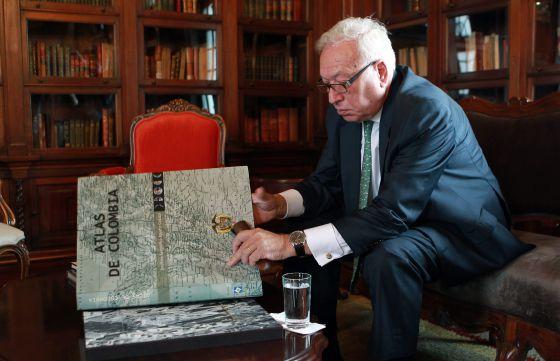El ministro de Exteriores, José Manuel García-Margallo, observa un atlas durante su visita, este viernes, a la Cancillería de Bogotá.