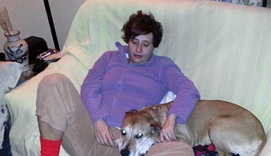 """Teresa Romero con su perro """" Excalibur"""", en una foto de la cuenta de Facebook de Javier Limón, su marido."""