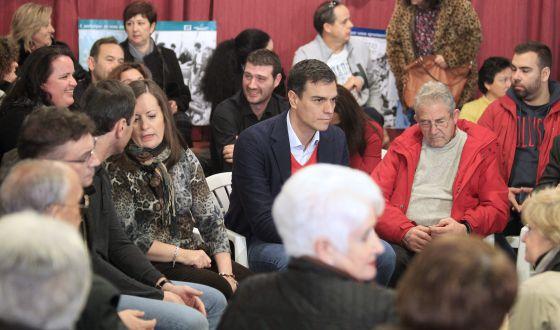El secretario general del PSOE, Pedro Sánchez, ayer en un acto con militantes de Vallecas.