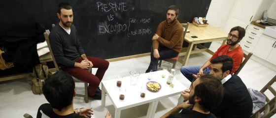 """Un grupo de padres conversa sobre paternidad y crianza en el local de """"La Cocinita"""" en Madrid."""