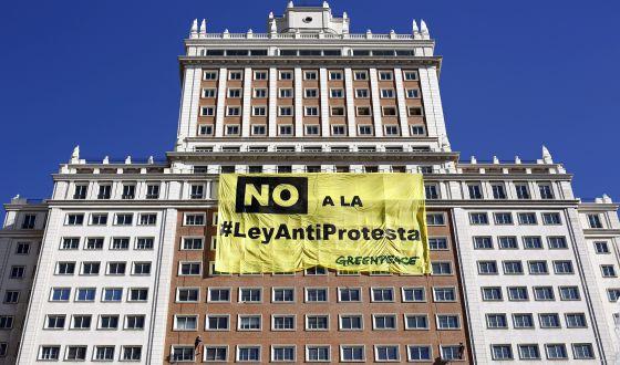 Cartel de Greenpeace desplegado en un rascacielos de Madrid contra la ley de seguridad ciudada