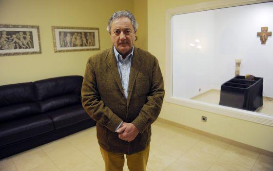 José María Malga en la sala velatorio de su tanatorio, en el municipio de Conlunga (Asturias).
