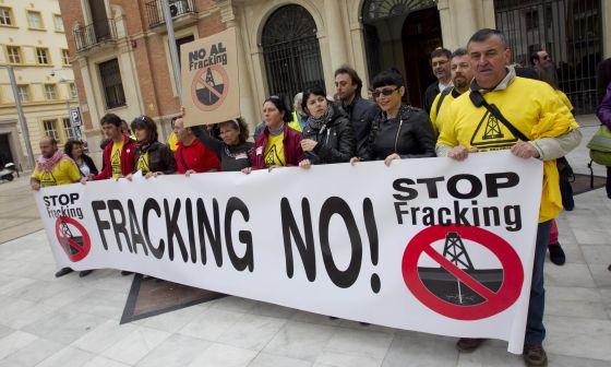 Protesta contra el fracking en la Diputación de Castellón.