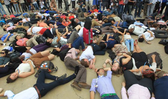 Un centenar de personas simulan, ayer,  estar muertas ante la sede de  la cumbre, en Lima, para reclamar medidas contra el calentamiento global
