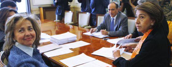 Consuelo Madrigal, a la izquierda, en una reunión con la fiscal delegada para la protección de las Víctimas de Delitos, en 2008.